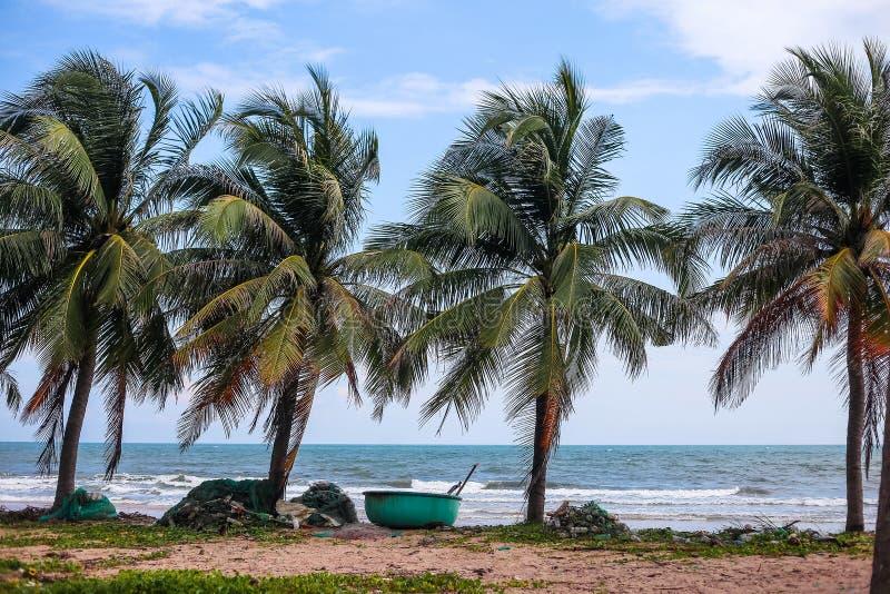 Шлюпки Вьетнама на побережье стоковое фото rf