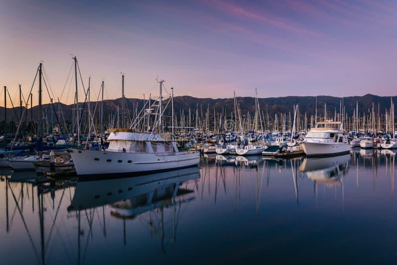 Шлюпки в гавани на заходе солнца, в Санта-Барбара, Калифорния стоковая фотография rf