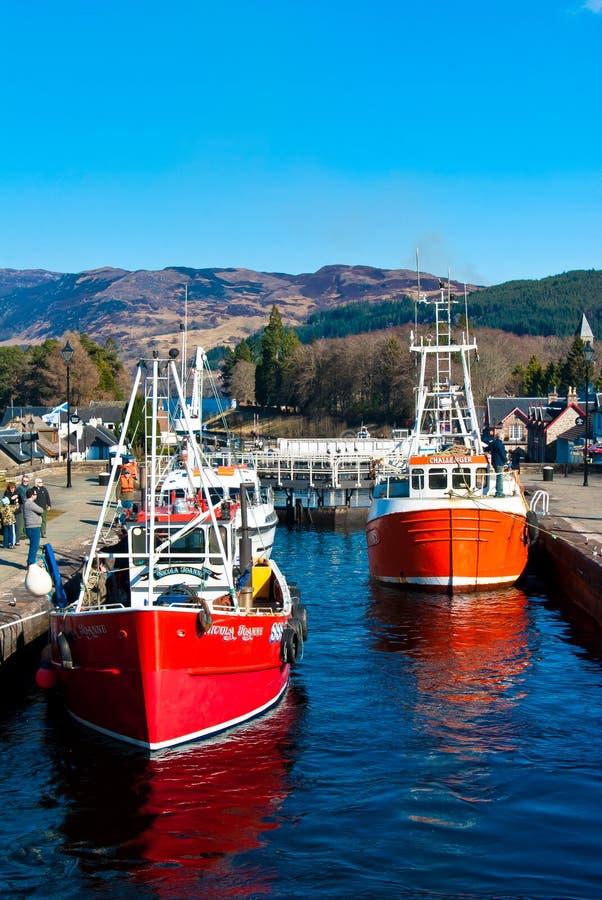 Шлюпки в замках шотландских канала стоковое изображение rf
