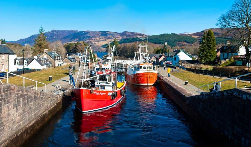 Шлюпки в замках шотландских канала стоковые фотографии rf