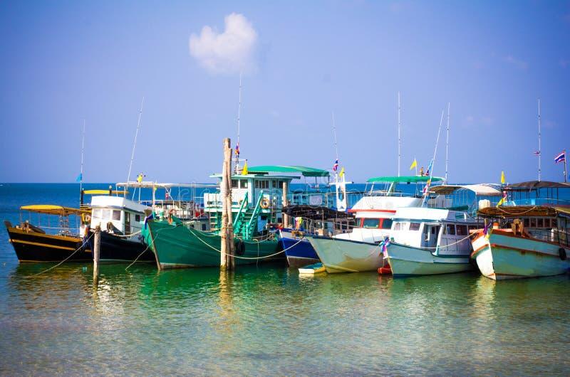 Шлюпки в море на предпосылке неба, Koh Phangan стоковое фото