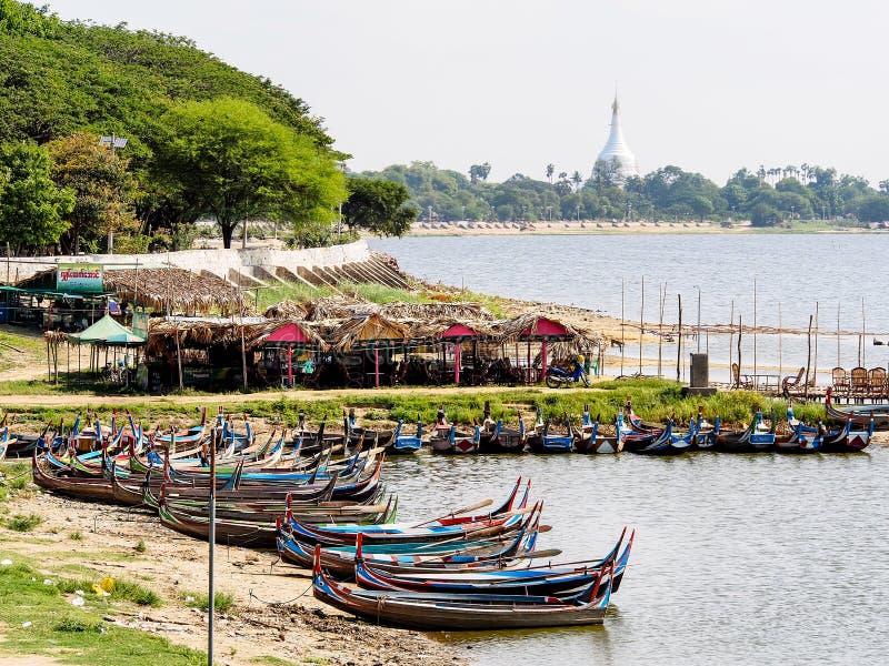 Шлюпки в озере Taungthaman около Amarapura в Мьянме 2 стоковая фотография