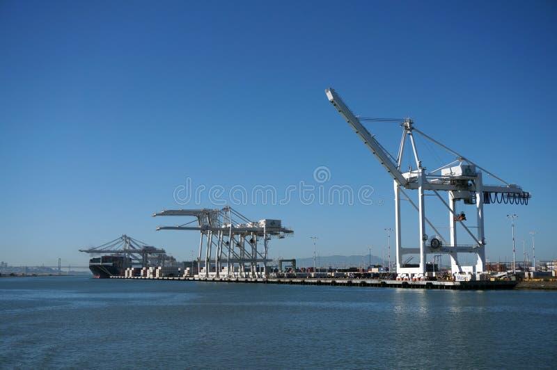 Шлюпки груза доставки line up в гавани под гигантами разгржая cr стоковые изображения rf