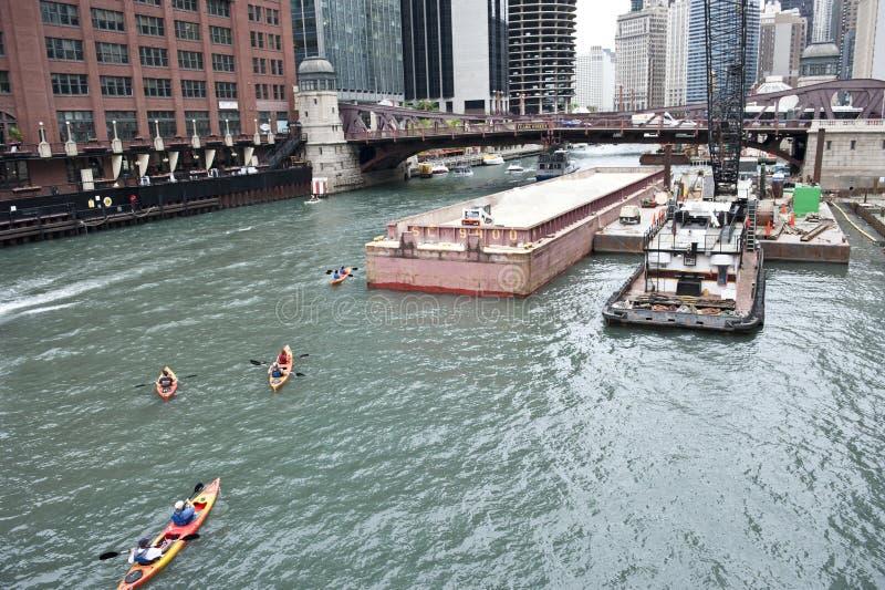 Шлюпки ехать на Реке Чикаго стоковые фотографии rf