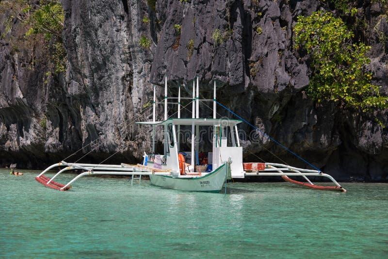 Шлюпки ждать туристов для того чтобы путешествовать между островами El Nido, Филиппиныы стоковые фото