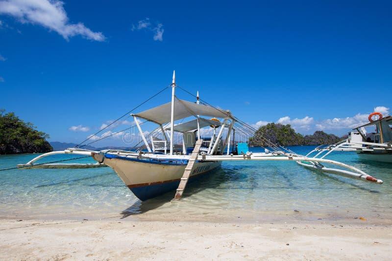 Шлюпки ждать туристов для того чтобы путешествовать между островами El Nido, Филиппиныы стоковое фото rf