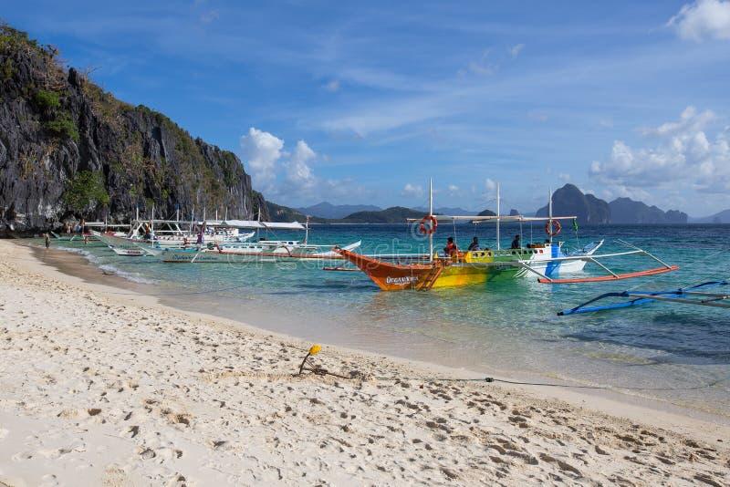 Шлюпки ждать туристов для того чтобы путешествовать между островами El Nido, Филиппиныы стоковое изображение rf