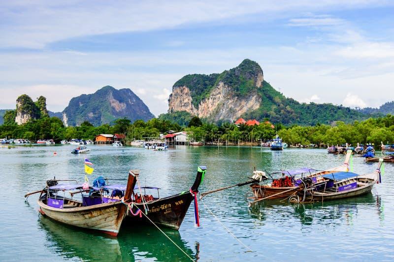Шлюпки длинного хвоста, шляпа Noppharat Thara, провинция Krabi, Таиланд стоковое изображение rf