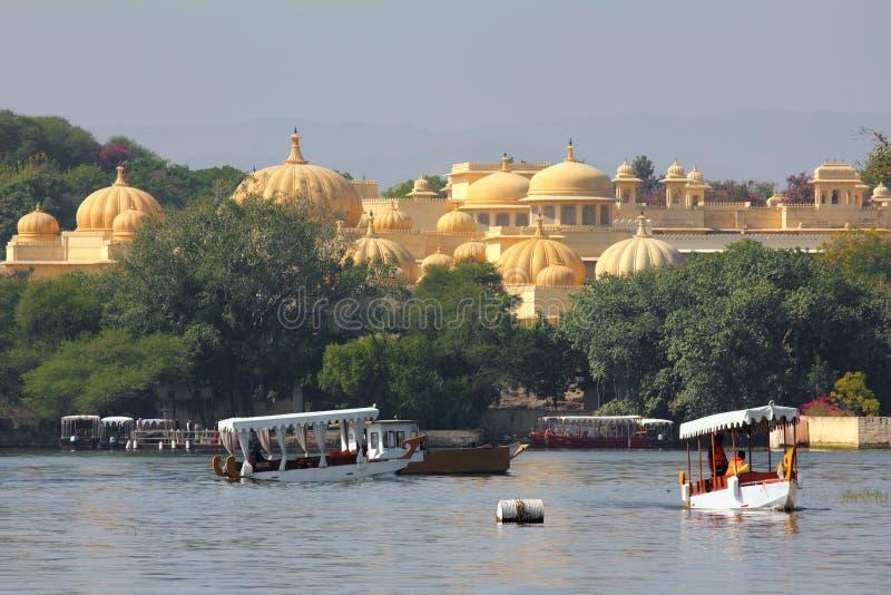 Шлюпки и дворец на озере Pichola стоковое изображение rf