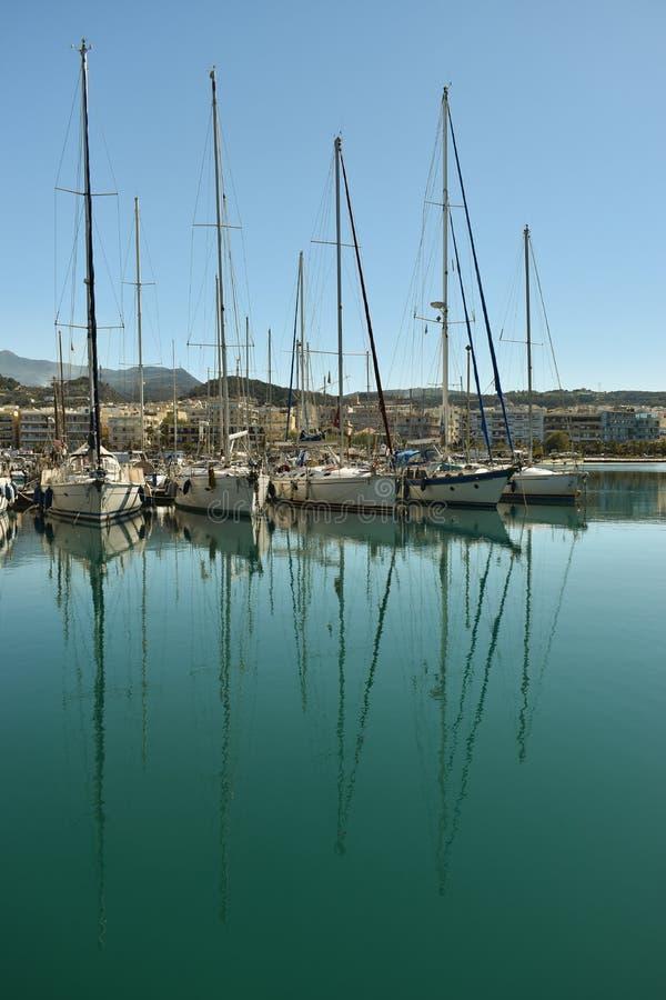 Шлюпки и яхты в порте стоковое изображение
