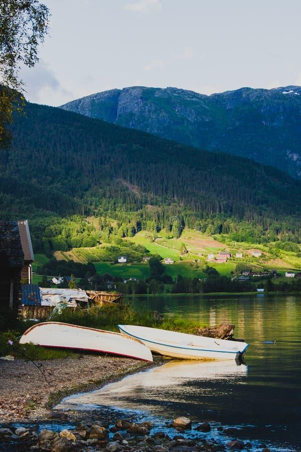 2 шлюпки на береге в Ulvik, Норвегии стоковые изображения