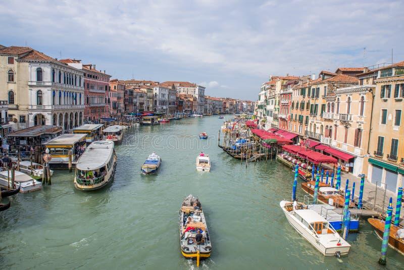 Шлюпки на грандиозном канале в Венеции, Италии стоковое изображение