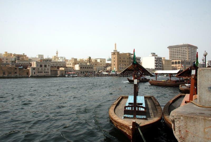 Шлюпки на заводи залива в Дубай, ОАЭ стоковые изображения rf