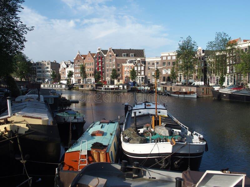 Шлюпки на канале в Амстердаме, Нидерландах стоковые фото