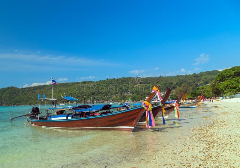 Шлюпки на острове пляжа в Таиланде стоковая фотография rf