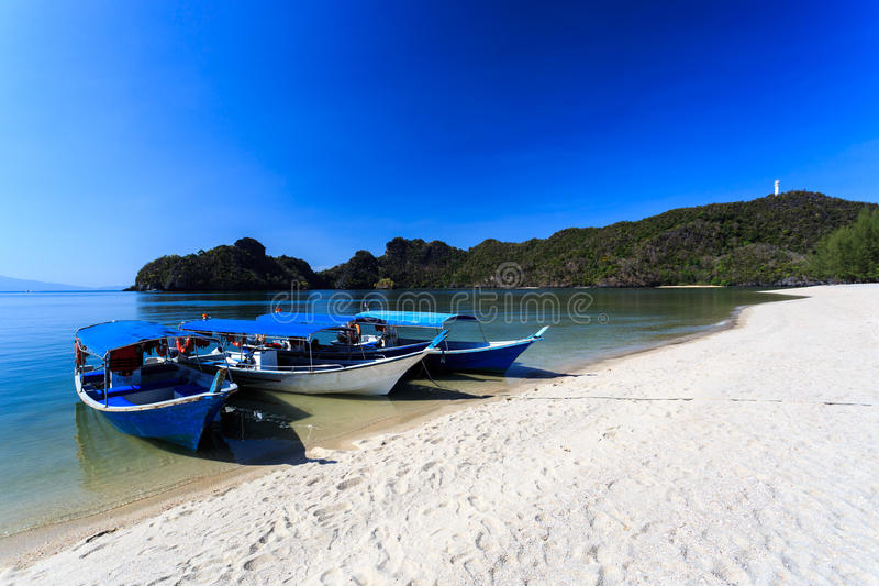 Шлюпки на пляже Tanjung Rhu в Langkawi, Малайзии стоковые изображения