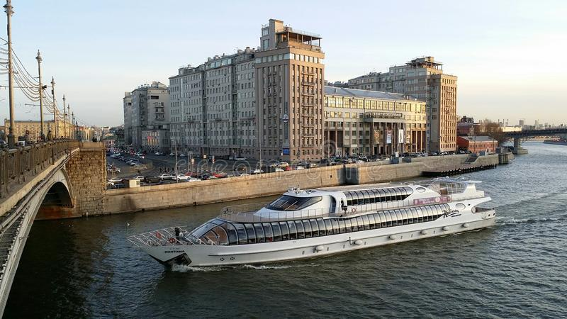 Шлюпки на реке Москвы стоковые изображения rf
