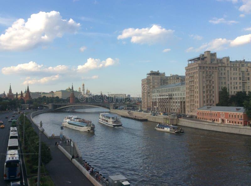 Шлюпки на реке Москвы стоковое изображение