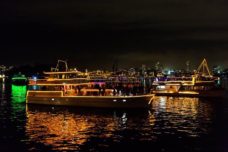 Шлюпки Новогодней ночи 2015 Сиднея сияющие стоковая фотография rf