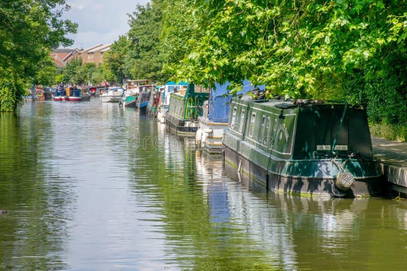 Шлюпки дома выравнивают канал правителя в восточном Лондоне стоковое фото rf