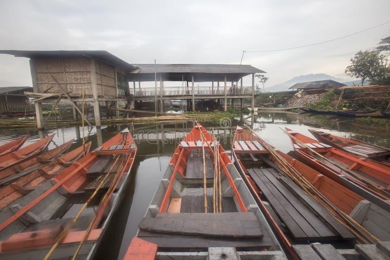 Шлюпки паркуя на Rawa пиша озеро, Индонезию стоковые изображения rf