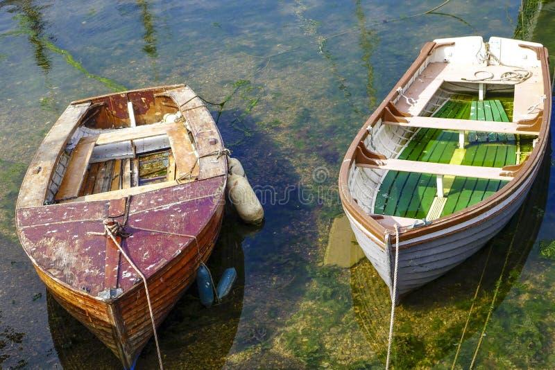 Шлюпки почти опорожняют гавань Brixham Девон Англию Великобританию гавани стоковое изображение