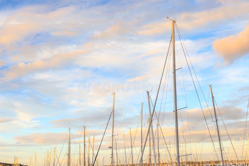 Шлюпки причаливая с красивой предпосылкой голубого неба в Окленде, Ne стоковые изображения