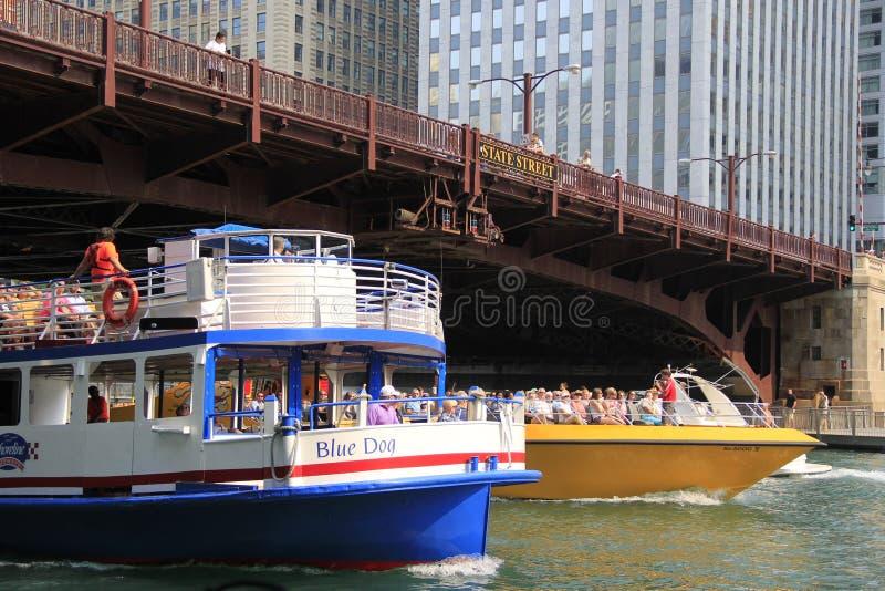 Шлюпки путешествия Чикаго архитектурноакустические путешествуют вдоль Рекы Чикаго стоковые фотографии rf