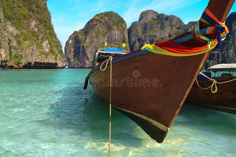 шлюпки пляжа приближают к тайское традиционному Таиланд стоковые фотографии rf