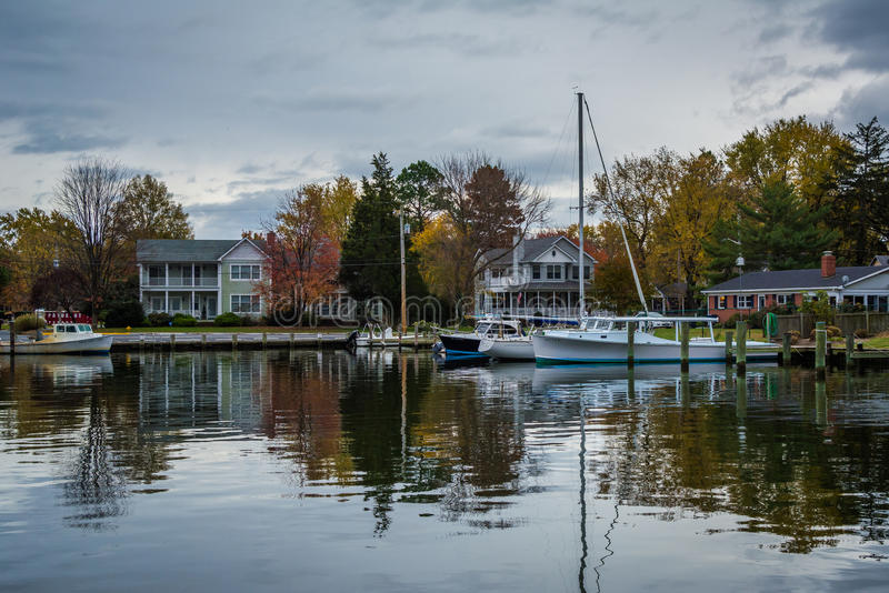 Шлюпки состыковали в реке миль, в St Michaels, Мэриленд стоковая фотография rf