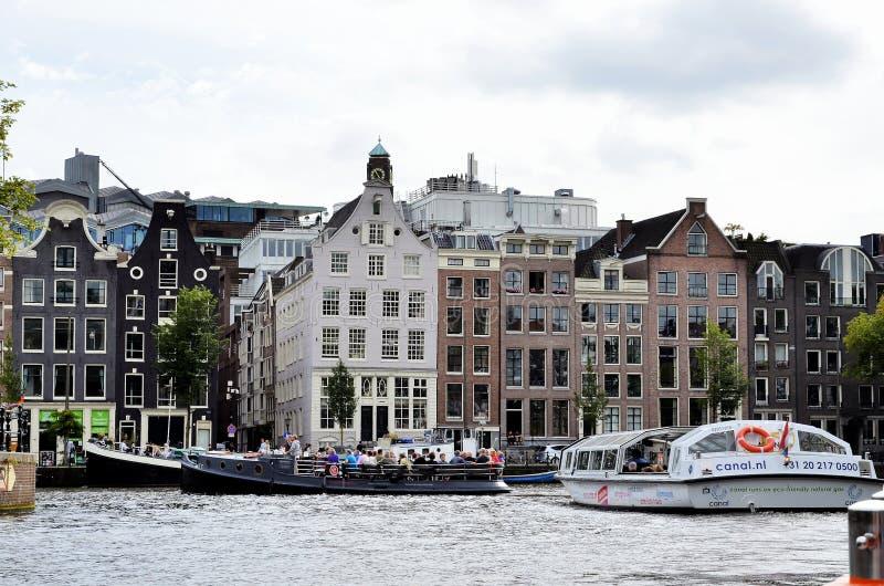 Шлюпки с туристами в Амстердаме стоковые фотографии rf