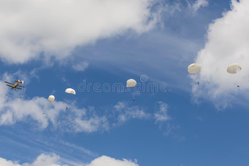Шлямбуры парашюта выполняя элементы воздуха на самолете AN-2 во время спортивного мероприятия авиации стоковая фотография