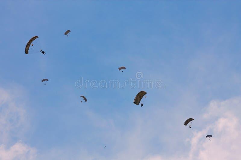 Шлямбуры парашюта на СМЕЩЕНИИ 2015 стоковое фото