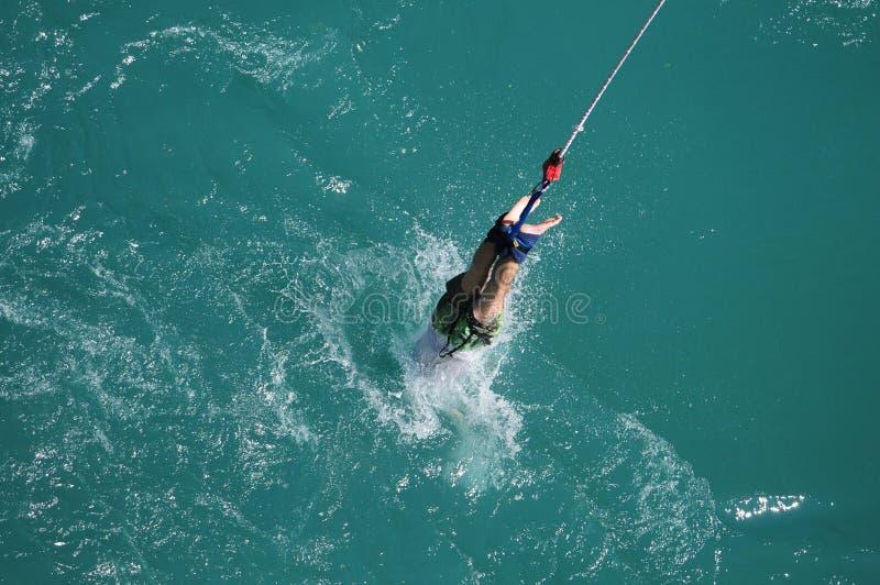 Шлямбур Bungee брызгает в воду стоковое фото rf