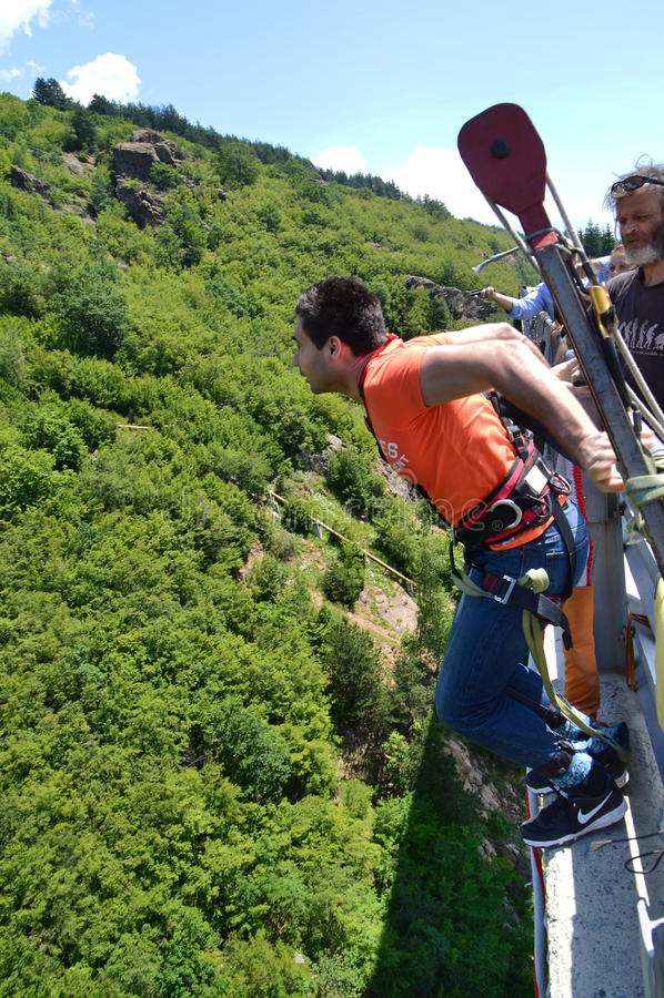 Шлямбур Bungee скачет от высокого моста в 230 футов стоковое изображение