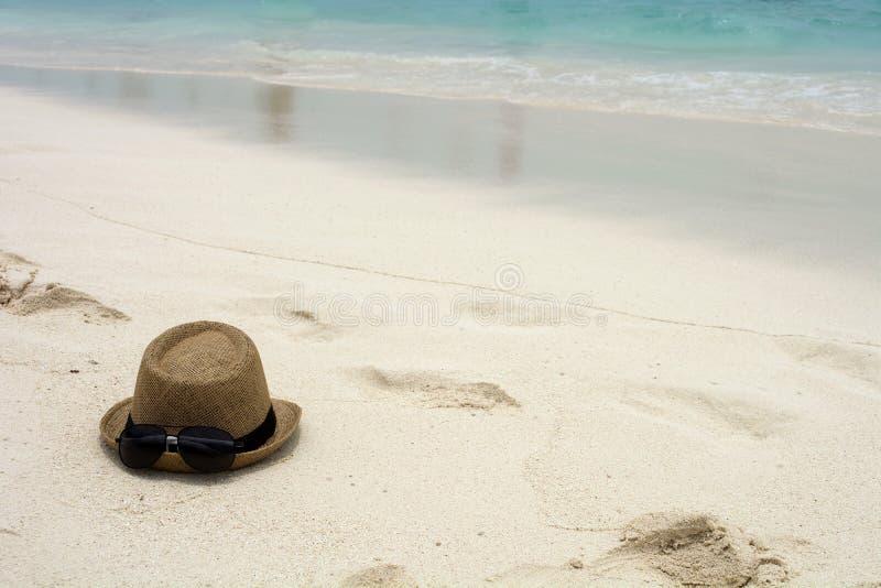 Шляпа и солнечные очки лета стоковое фото rf