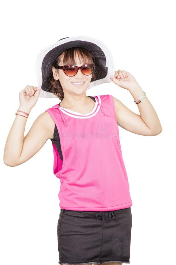 Шляпа и солнечные очки молодой женщины нося стоковые фотографии rf