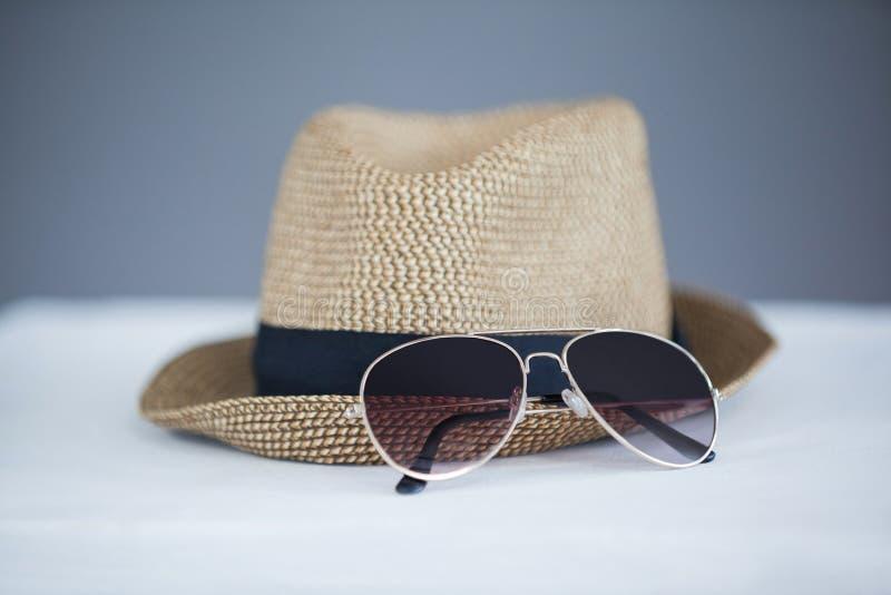 Шляпа и солнечные очки Fedora стоковые изображения
