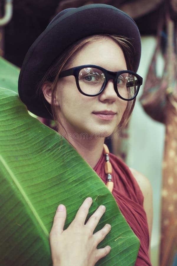 Шляпа и eyeglasses девушки нося стоковое изображение rf