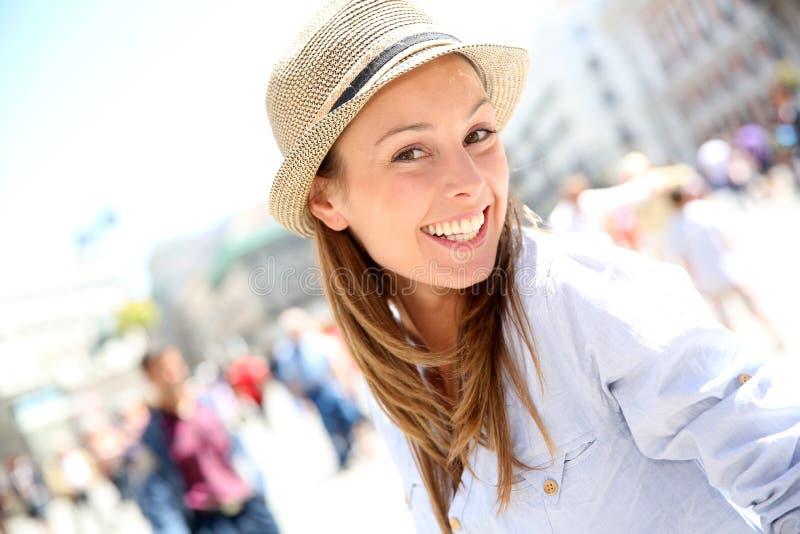 Шляпа красивой девушки нося стоковое изображение rf