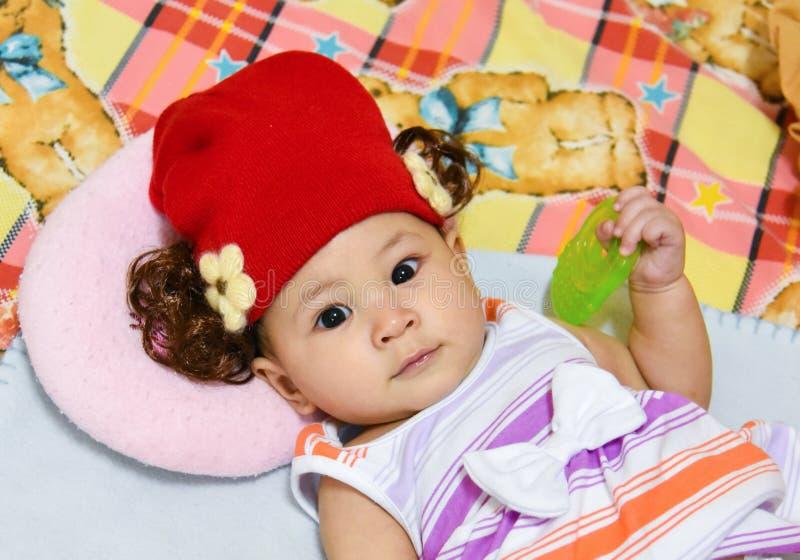 Шляпа красного цвета младенца стоковые фотографии rf