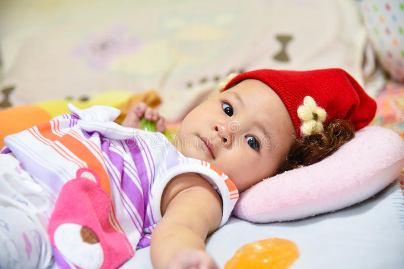 Шляпа красного цвета младенца стоковая фотография