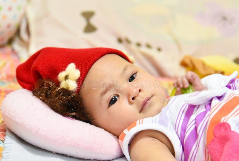 Шляпа красного цвета младенца стоковое фото