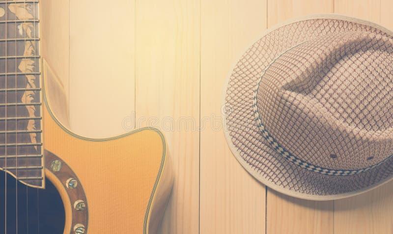 Шляпа музыки и лета гитары на древесине стоковое фото