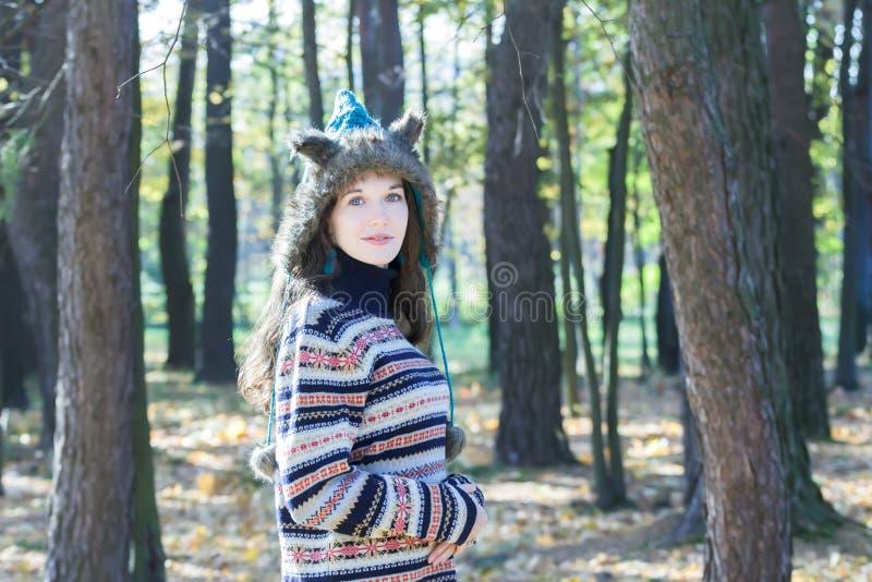 Шляпа ушей животного меха милой женщины нося и связанный шерстистый свитер стоковые фото