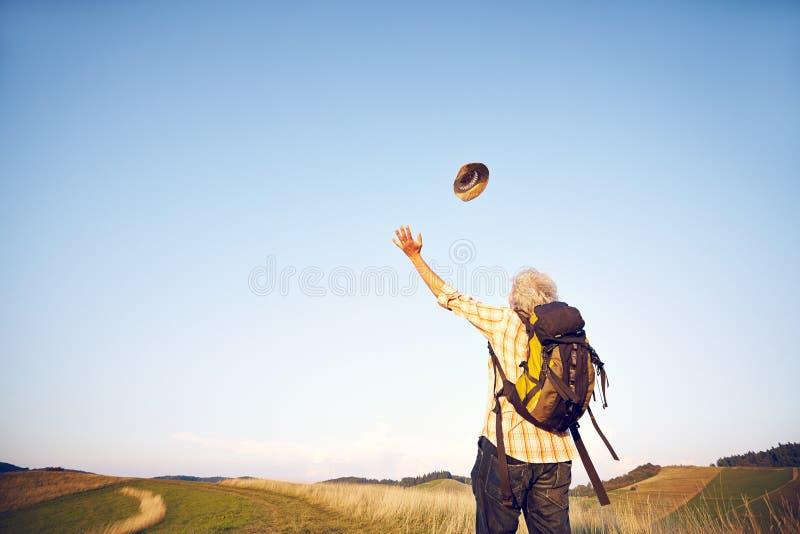 Шляпа человека луга лета бросая стоковое изображение rf