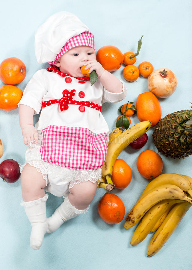 Download Шляпа шеф-повара девушки кашевара младенца нося с свежими фруктами Стоковое Фото - изображение насчитывающей свеже, счастливо: 41656642