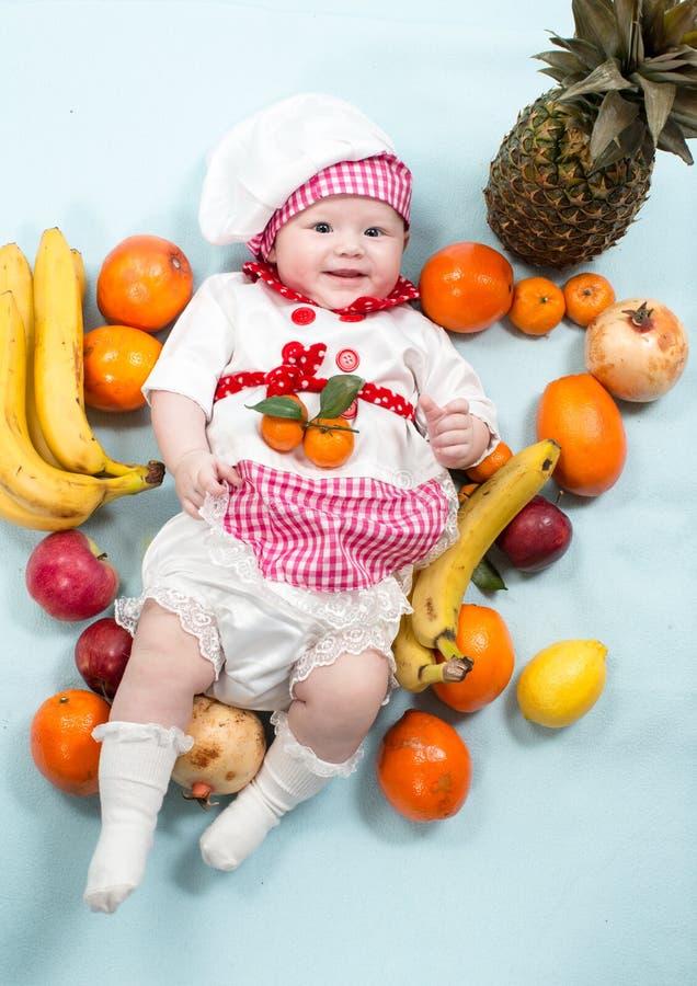 Download Шляпа шеф-повара девушки кашевара младенца нося с свежими фруктами Стоковое Фото - изображение насчитывающей кавказско, прелестное: 41656790