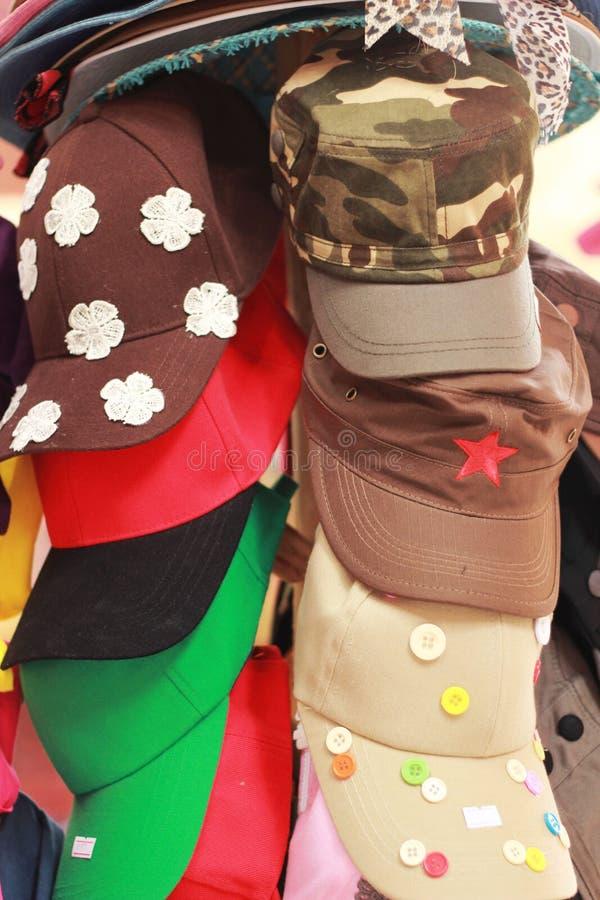 Download Шляпы для продажи на рынке стоковое изображение. изображение насчитывающей элегантность - 37926155