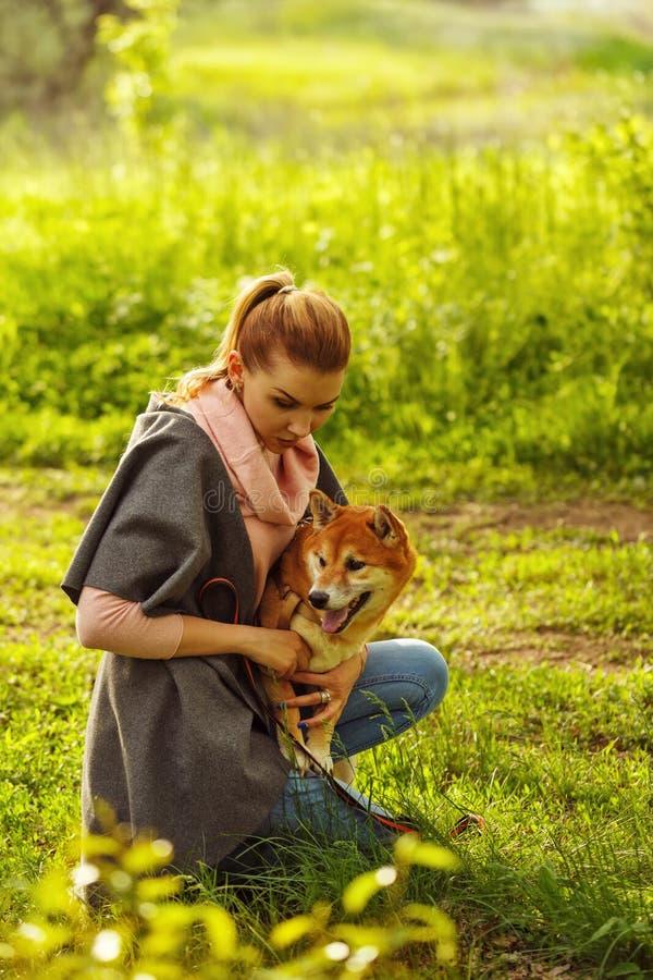 Щенок и девушка Shiba Inu в парке стоковое изображение